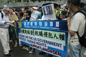 1024px-Protesters_rally_in_Hong_Kong_to_support_Edward_Snowden_10-800x533